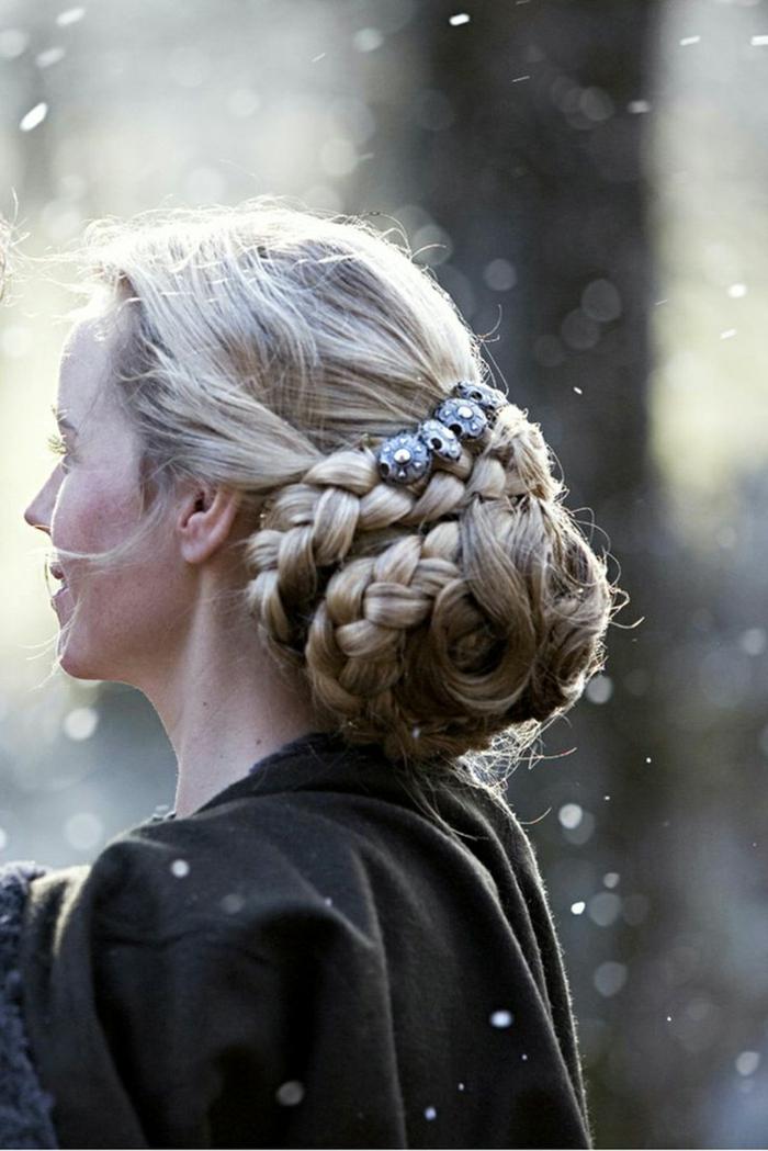 chignon-basso-raccoglie-trecce-lunghi-capelli-biondi-decoato-gioielli-forma-fiori