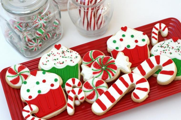 Pasta di zucchero colorata per la decorazione di biscottini di Natale a forma di muffin e bastoncini