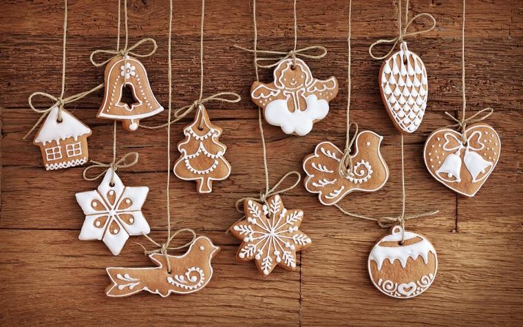 Biscotti natalizi, forma stelle, alberi di Natale e fiocchi di neve decorati con glassa di colore bianco