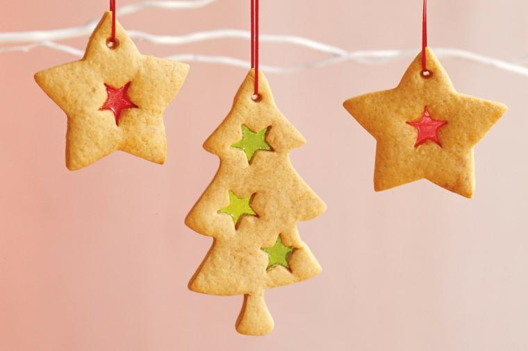 Biscotti di Natale, da appendere con del nastro rosso forma stelle e alberelli