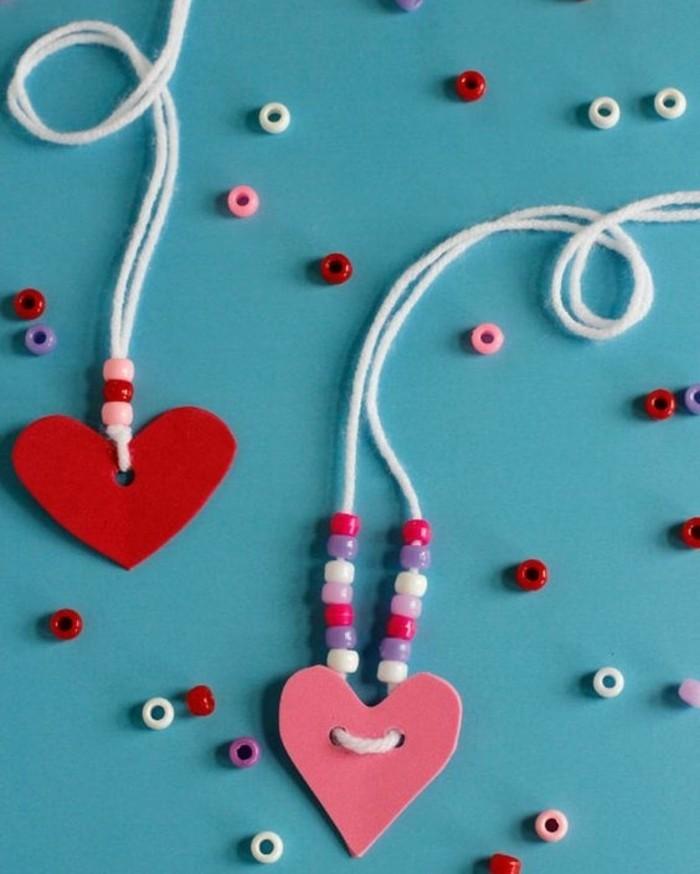 collana-realizzata-perline-piccole-colorate-ciondolo-forma-cuore