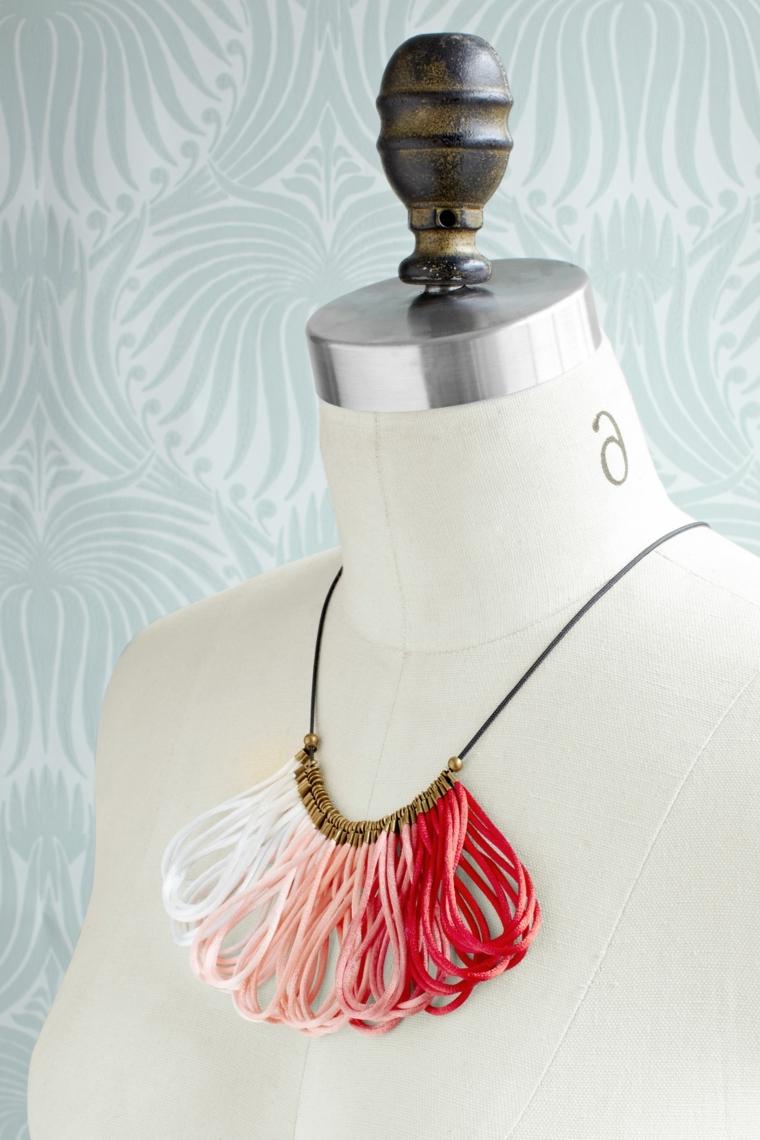 un'idea regalo per lei fatta a mano: una collana creata contanti fili di colori differenti