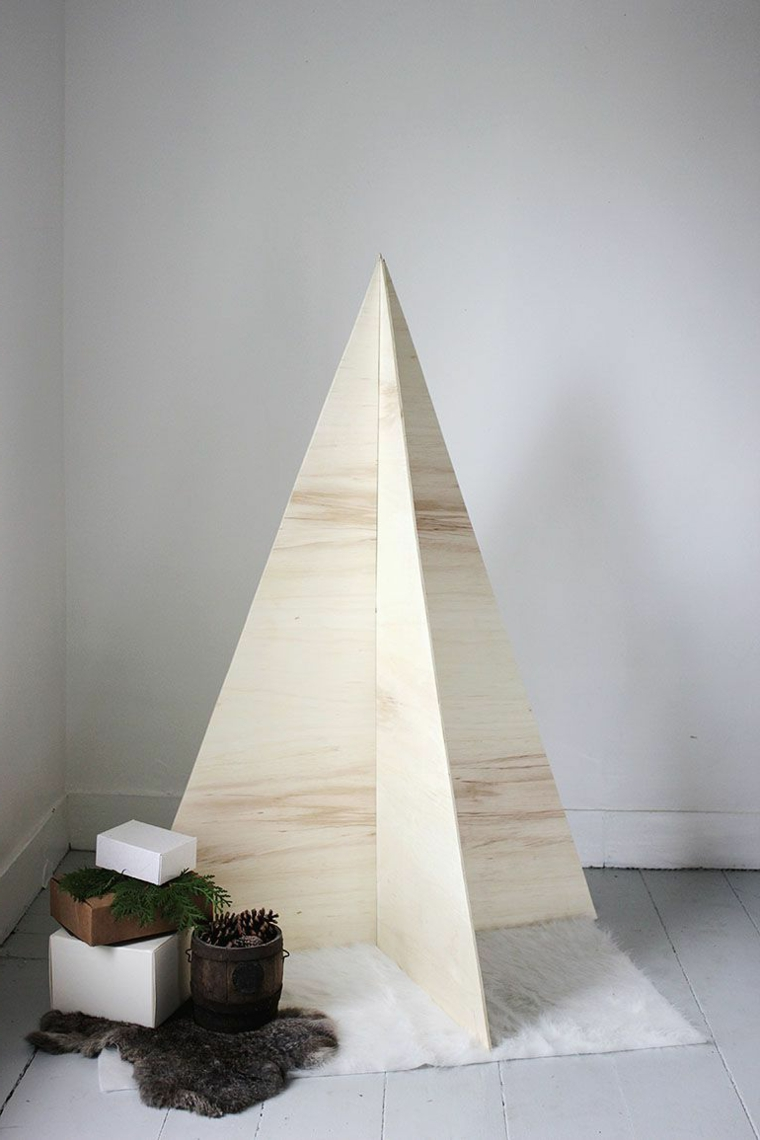 Albero di Natale in legno dal design moderno e in stile minimal, regali incartati come decorazione