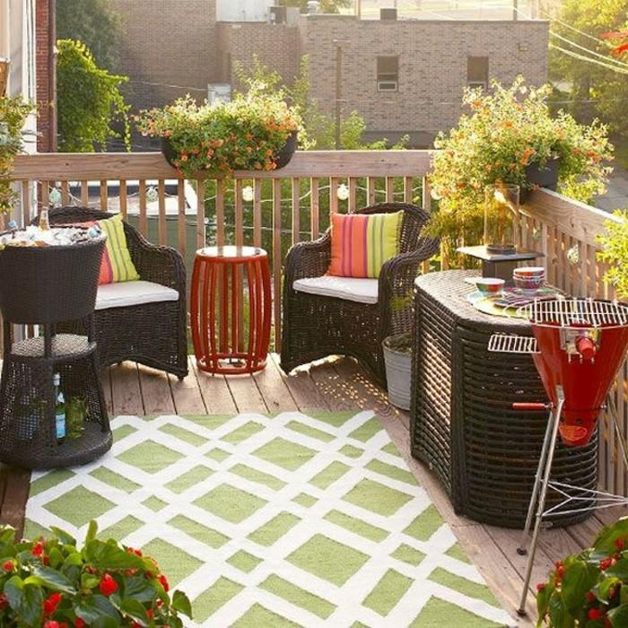 come-arredare-un-balcone-mobili-rattan-tavolo-alto-barbecue-tappeto-pavimento-legno