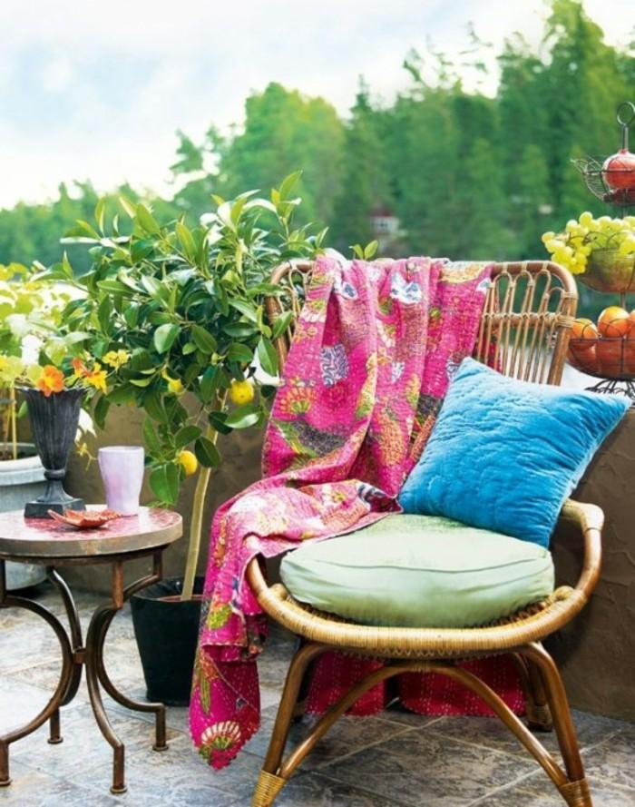 come-arredare-un-balcone-sedia-sdraio-decorata-morbidi-cuscini-coperta-rosa-tavolino-rotondo-albero-limone-certo-frutta