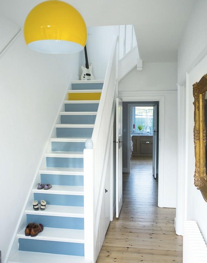 come-arredare-un-corridoio-accenti-colore-giallo-viola-scale-pavimento-legno-colore-chiaro-lucido