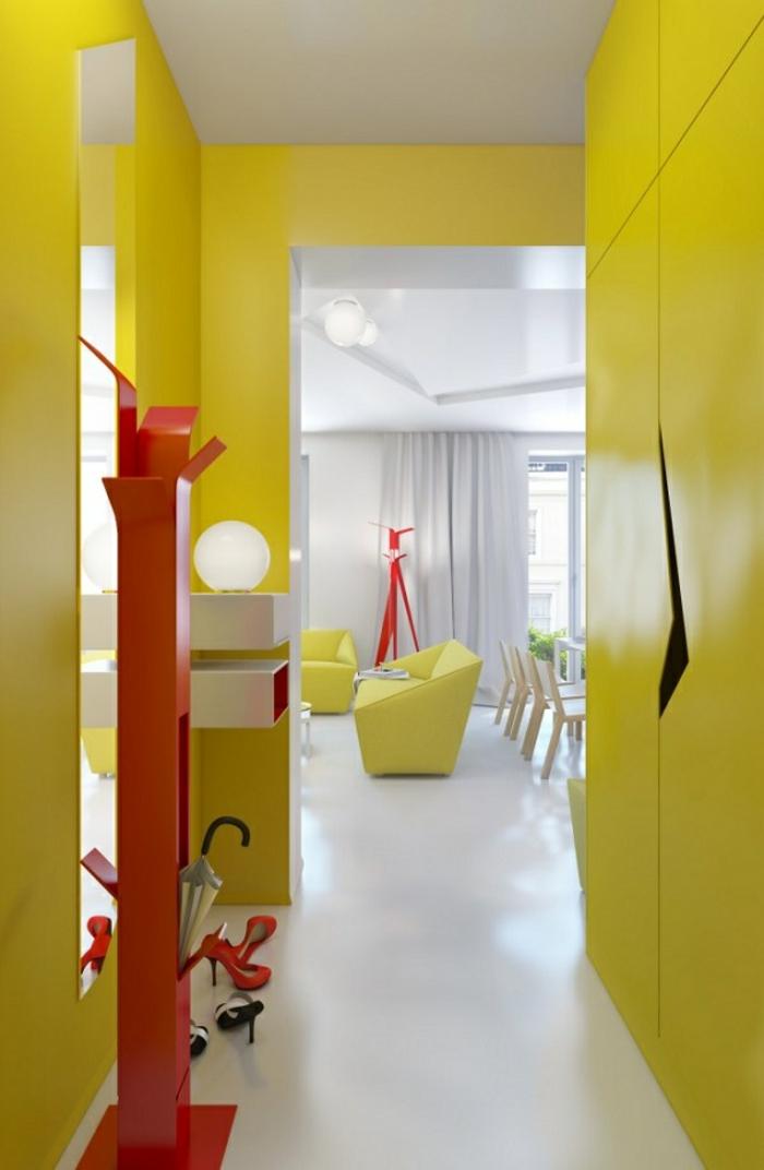 come-arredare-un-corridoio-design-colore-giallo-armadio-muro-appendiabiti-rosso-pavimento-bianco