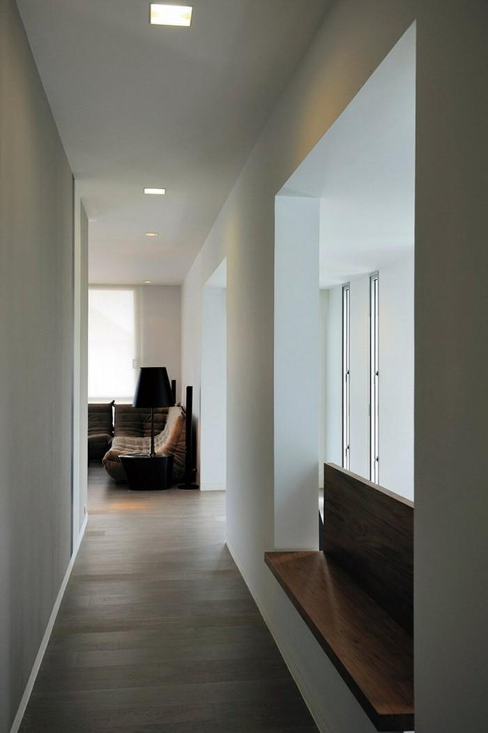 come-arredare-un-corridoio-design-pavimento-legno-panchina-stile-minimal-illuminazione-soffusa-lampade-soffitto