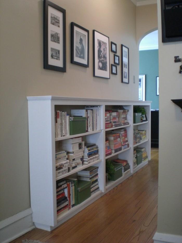 come-arredare-un-corridoio-scaffali-a-vista-mobile-legno-libri-quadri-foto-parete-cornici-pavimento-parquet