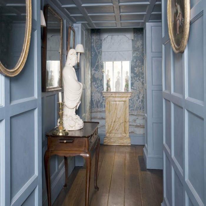 come-arredare-un-corridoio-stile-classico-tavolo-legno-statua-ceramica-parete-marmo-specchio-pavimento-parquet