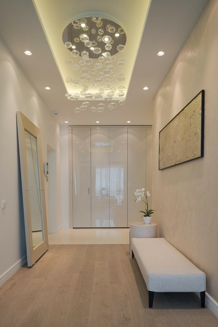 come-arredare-un-corridoio-stile-moderno-illuminazione-specchio-quadro-cornice-legno-armadio-da-corridoio