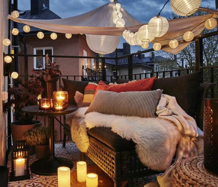 come-arredare-un-terrazzp-divano-rattan-tavolo-ferro-lanterne-luci-lanterne-candele