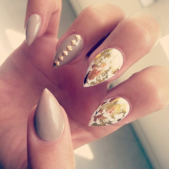 come-decorare-unghie-forma-stiletto-corto-accent-nail-brillantini-oro-smalto-gel
