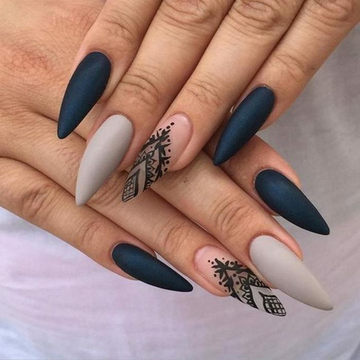 come-fare-le-unghie-a-punta-colore-nero-mat-colore-grigio-anulari-decorati-base-trasparente