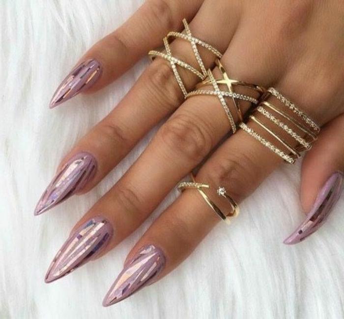 come-fare-le-unghie-artiglio-color-viola-effetto-frizzante-anelli-accessori-mani