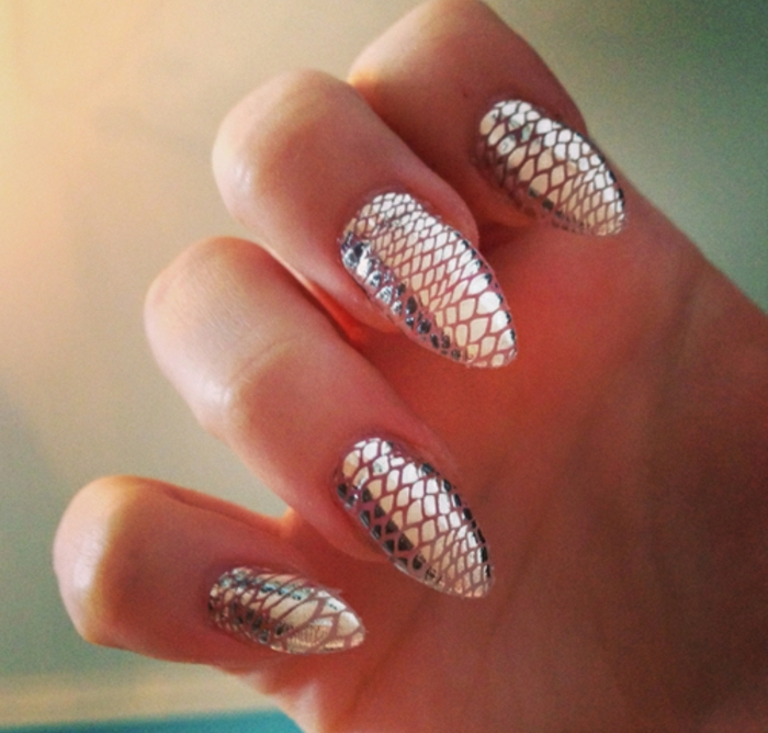 come-fare-le-unghie-decorarle-effetto-serpente-forma-stiletto-colore-argento