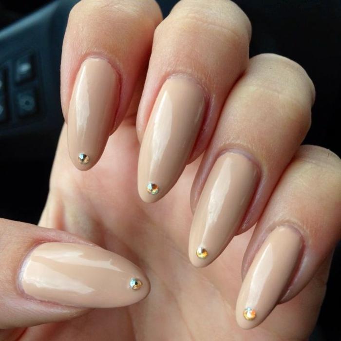 come-fare-le-unghie-stiletto-colore-beige-brillantino-ogni-unghia-idea-originale-nail-art