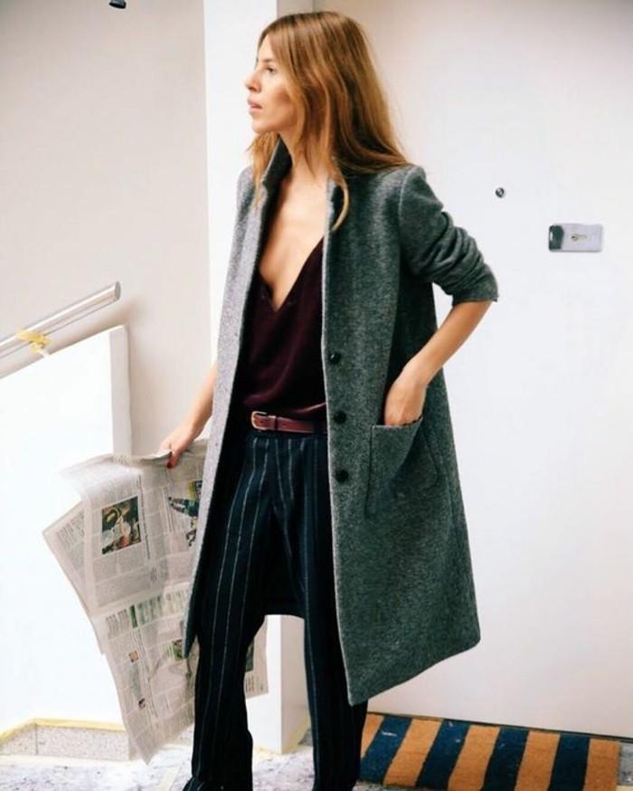 come-vestirsi-alla-moda-ragazza-pantalone-tipo-maschile-top-scollatura-cappotto-lungo-colore-grigio