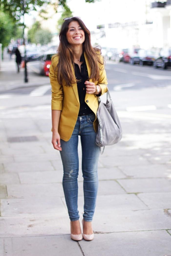 come-vestirsi-donna-jeans-maglia-nera-blazer-giallo-scarpe-tacco-borsa-grigia-griffata-capelli-sciolti-naturale