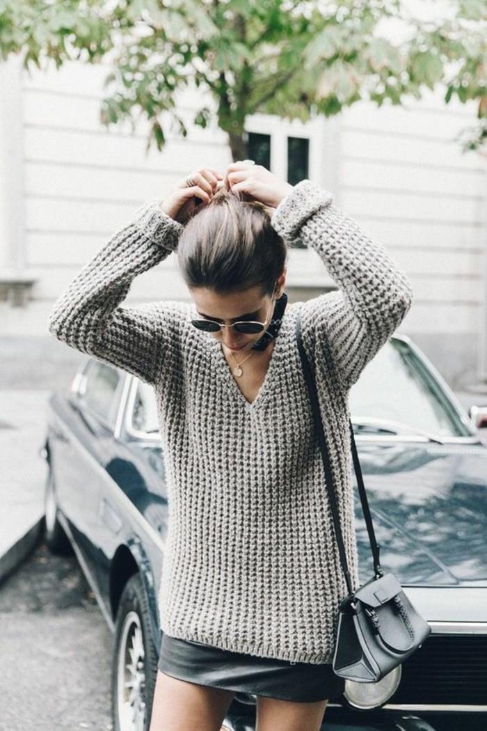 come-vestirsi-donna-stile-casual-mini-gonna-maglione-grigio-scollatura-V-borsetta-tracolla-accessori-occhiali-da-sole