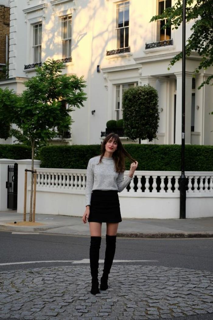 come-vestirsi-idea-abbigliamento-donna-mini-gonna-nera-stivali-alti-maglione-basic-colore-grigio