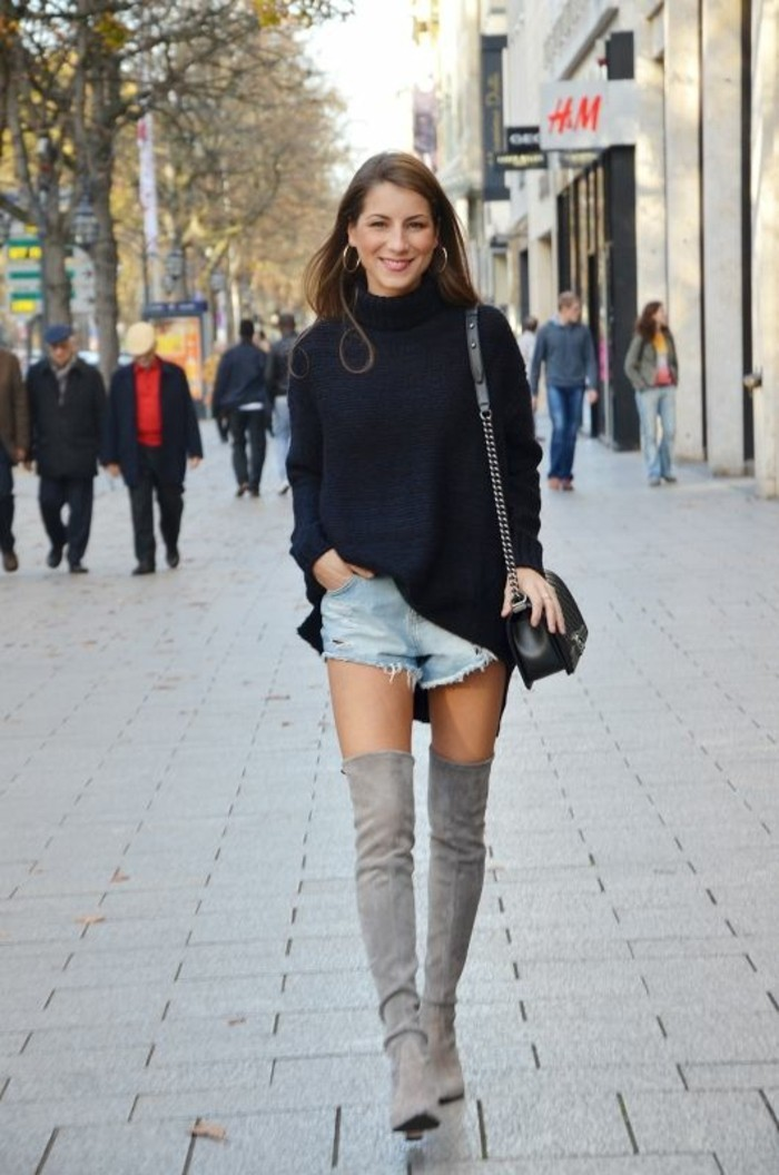 come-vestirsi-jeans-corto-strappato-maglione-maxi-colore-nero-stivali-alti-grigi-borsa-tracolla-catena