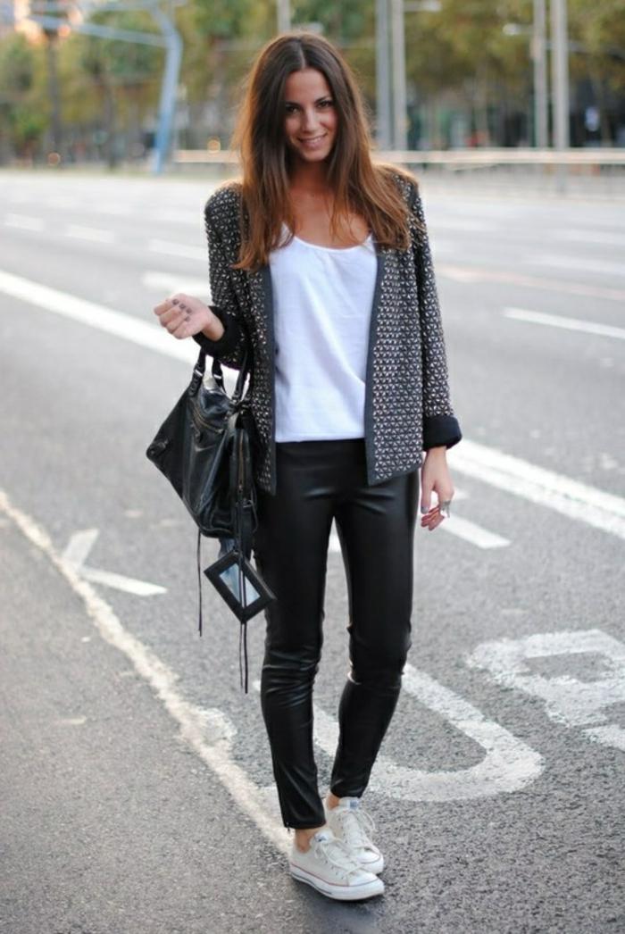 come-vestirsi-modo-comodo-pantalone-pelle-scarpe-da-ginnastica-top-bianco-giacca-leggera-borsa-tracolla