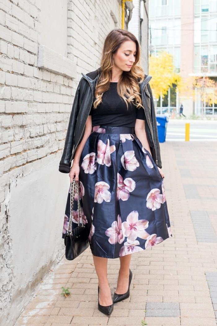 come-vestirsi-modo-elegante-gonna-vita-alta-colore-blu-fiori-t-shirt-nera-giacca-pelle-tacchi-alti-punta