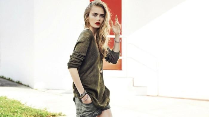 come-vestirsi-ragazza-giovane-capelli-biondi-abbigliamento-casual-maxi-maglione-mini-gonna-jeans