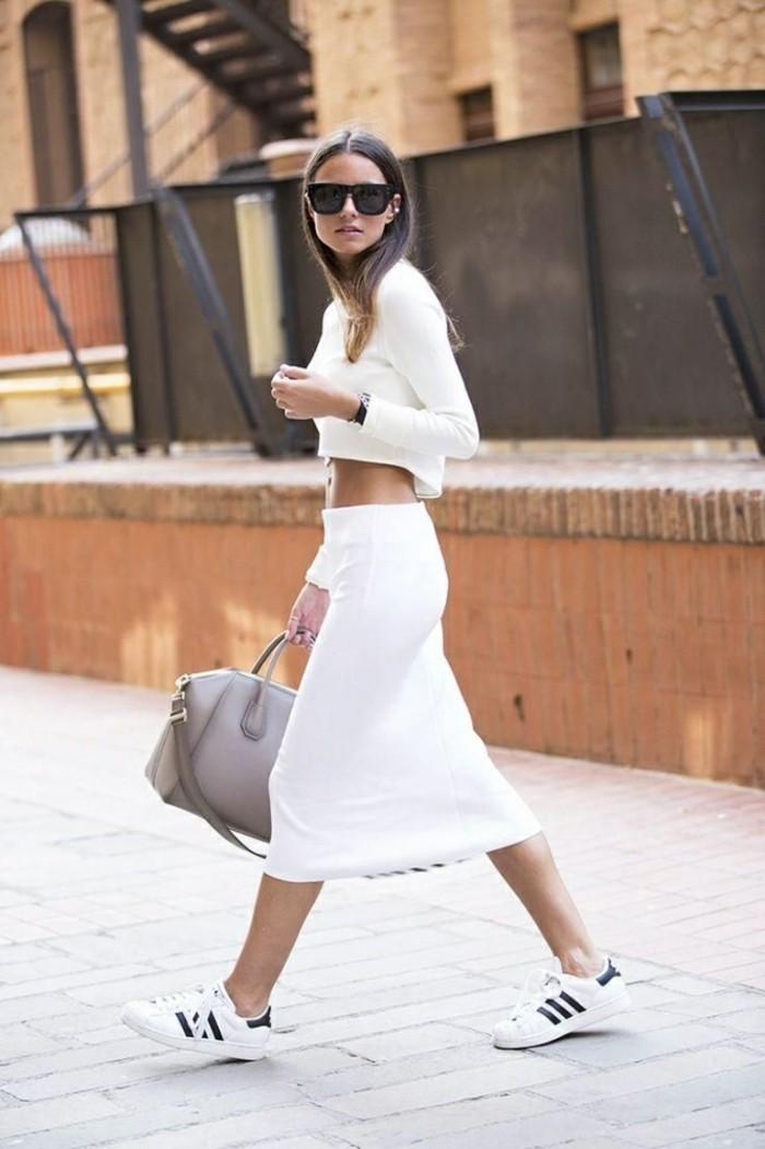 come-vestirsi-ragazza-gonna-longuette-bianca-top-bianco-scarpe-da-ginnastica-borsa-beige-occhiali-da-sole