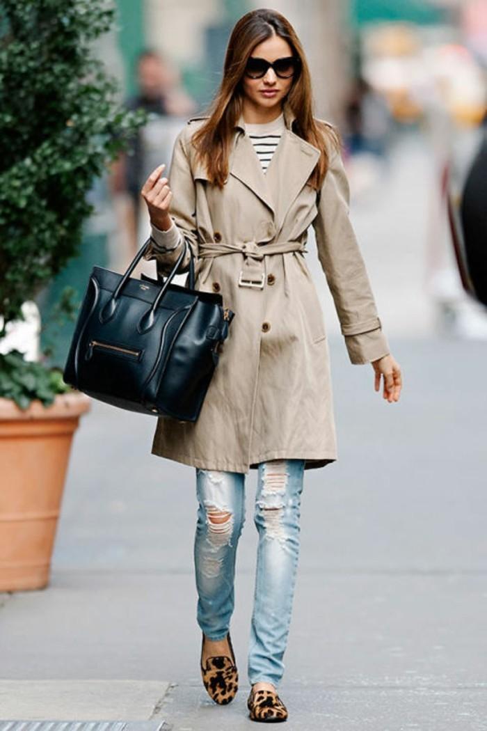 consigli-su-come-vestirsi-donna-cappotto-grigio-jeans-strappati-ballerine-griffate-borsa-nera-pelle-occhiali-da-sole