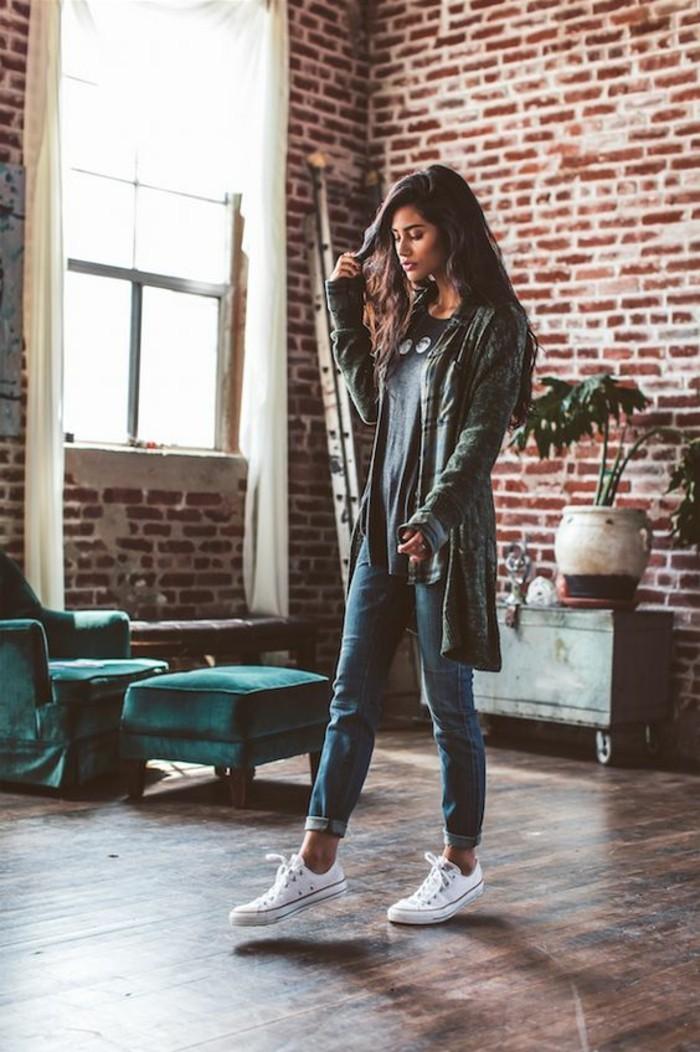 consigli-su-come-vestirsi-ragazza-abbigliamento-street-style-jeans-vita-alta-cardigan-lungo-scarpe-da-ginnastica