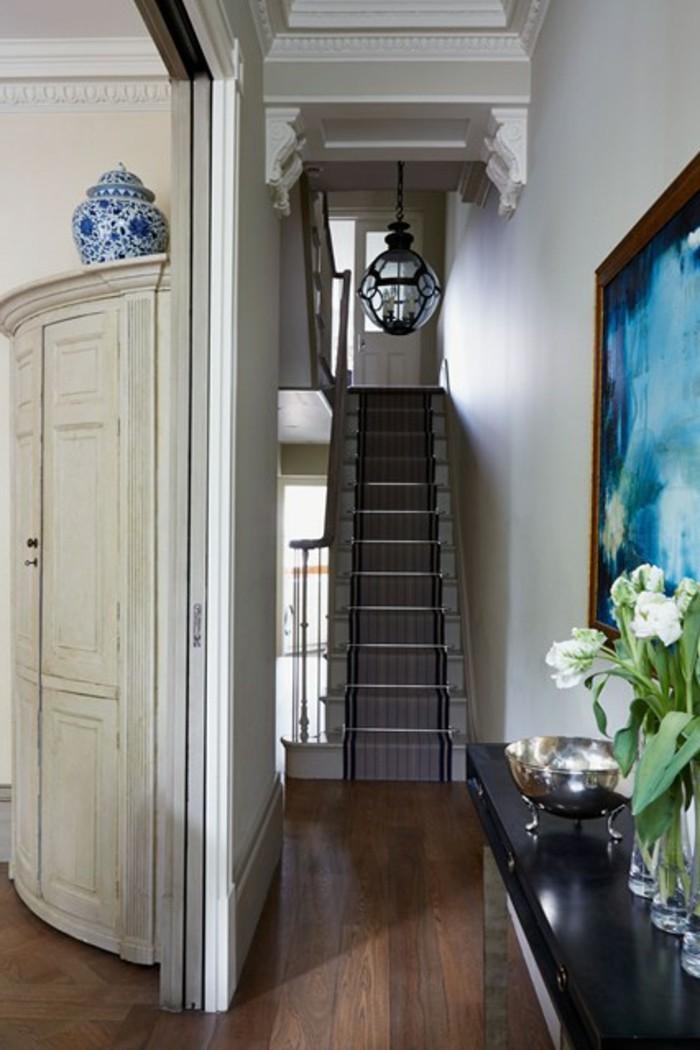 corridoio-pavimento-parquet-legno-colore-scuro-scale-mobile-decorazione-dipinto-vasi-fiori