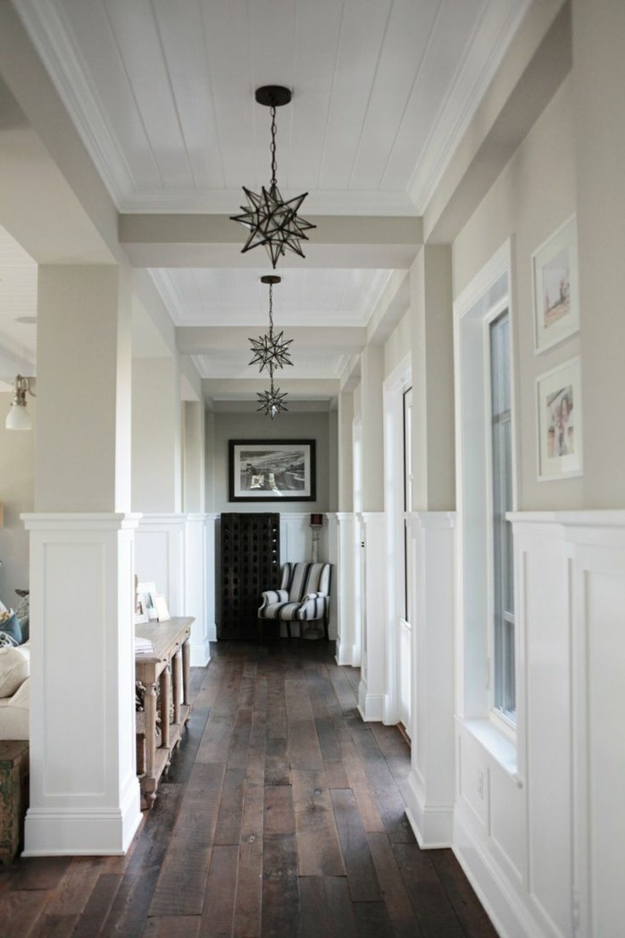 corridoio-stretto-lungo-pavimento-parquet-colore-scuro-lampadari-ferro-battuto-design