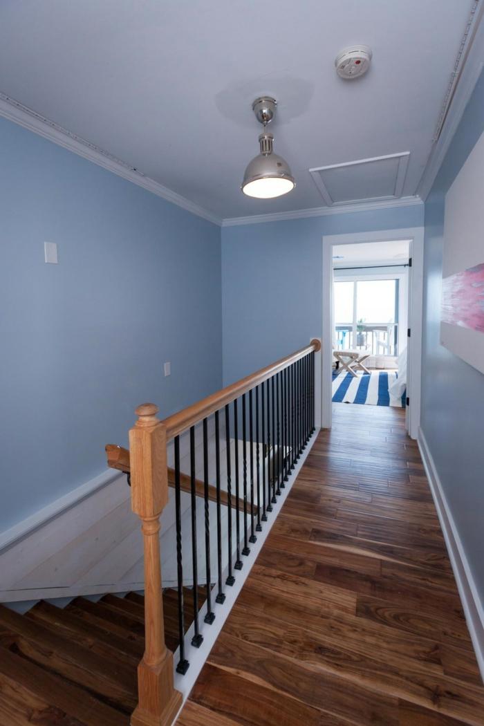 corridoio-stretto-lungo-pavimento-parquet-colore-scuro-scale-pareti-colore-viola-lampadario