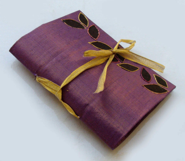 una custodia in stoffa per il notebook o altri dispositivi, completa di nastro per la chiusura