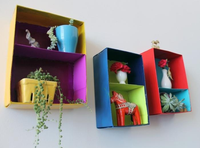creazioni-fai-da-te-mensole-cartone-colorate-oggetti-decorativi-vasi-piante-fai-da-te-creativo-scatole-scarpe