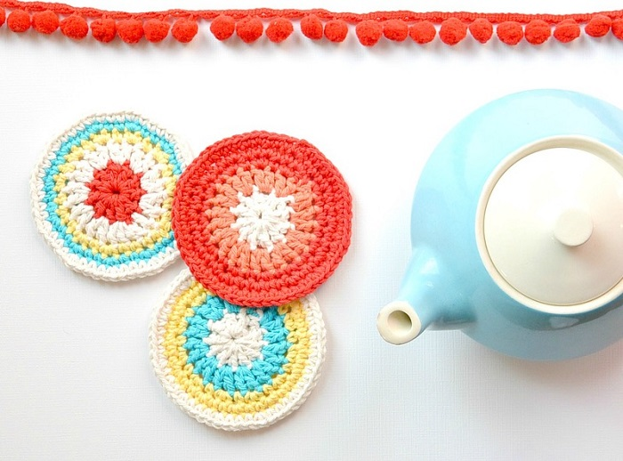 Imparare lo crochet all'uncinetto, un'attività rilassante da fare nel tempo libero e realizzare dei sottobicchieri originali