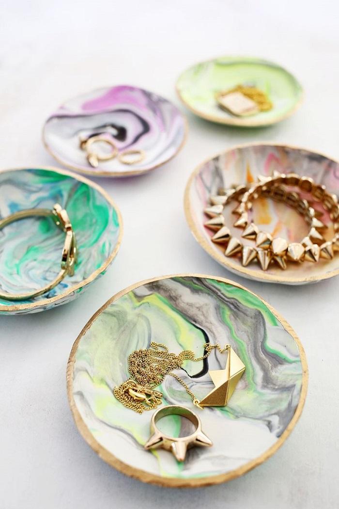 Lavoretti creativi da svolgere nel tempo libero, découpage di piattini in legno con motivi utili per appoggiare i gioielli