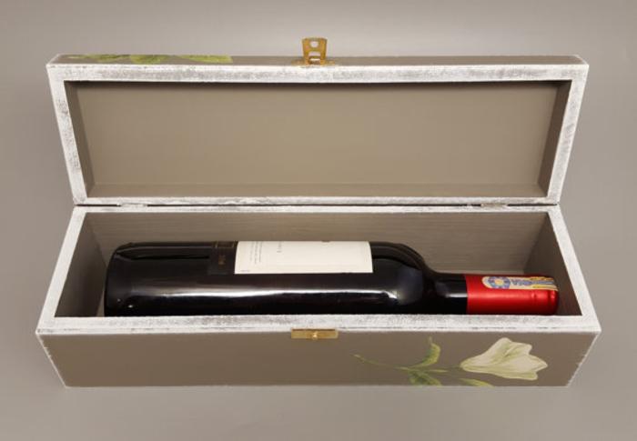 découpage-scatola-legno-colore-grigio-fiori-bottiglia-vino-rosso