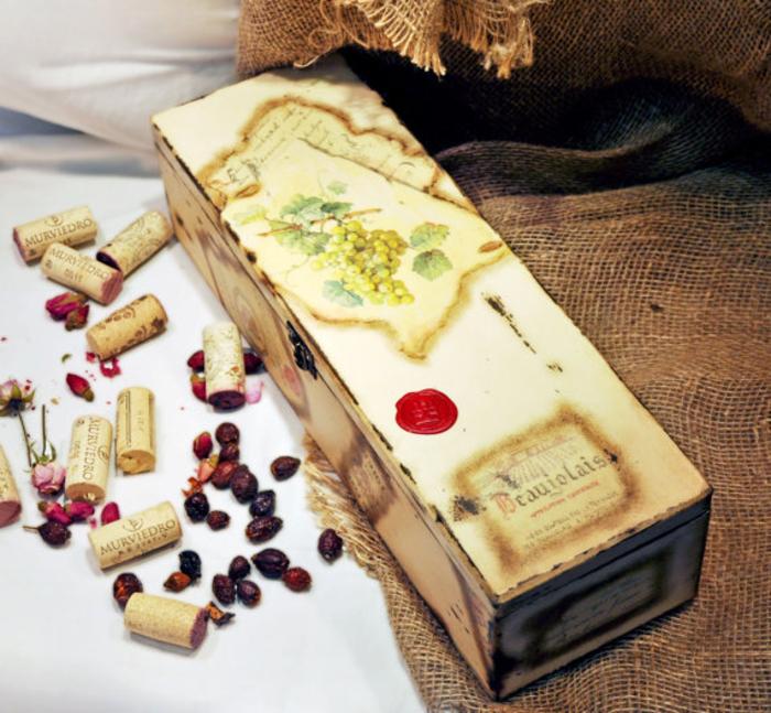 découpage-scatola-legno-tappi-sughero-idea-decorazione-regalo-bottiglia-vino