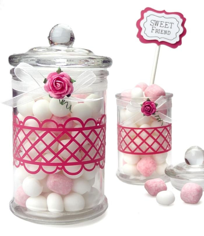 decorare-barattoli-di-vetro-fascia-fucsia-fiocco-bianco-rosa-interno-caramelle-cartello-cartone