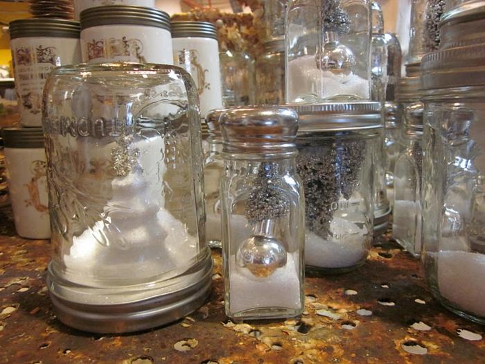 decorare-barattoli-di-vetro-idea-fai-da-te-natale-neve-palline-oggetti-argento