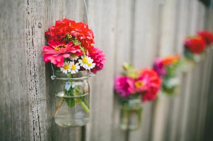 decorare-barattoli-di-vetro-vasi-fiori-fai-da-te-appendere-muro-interno-margherite-colorate