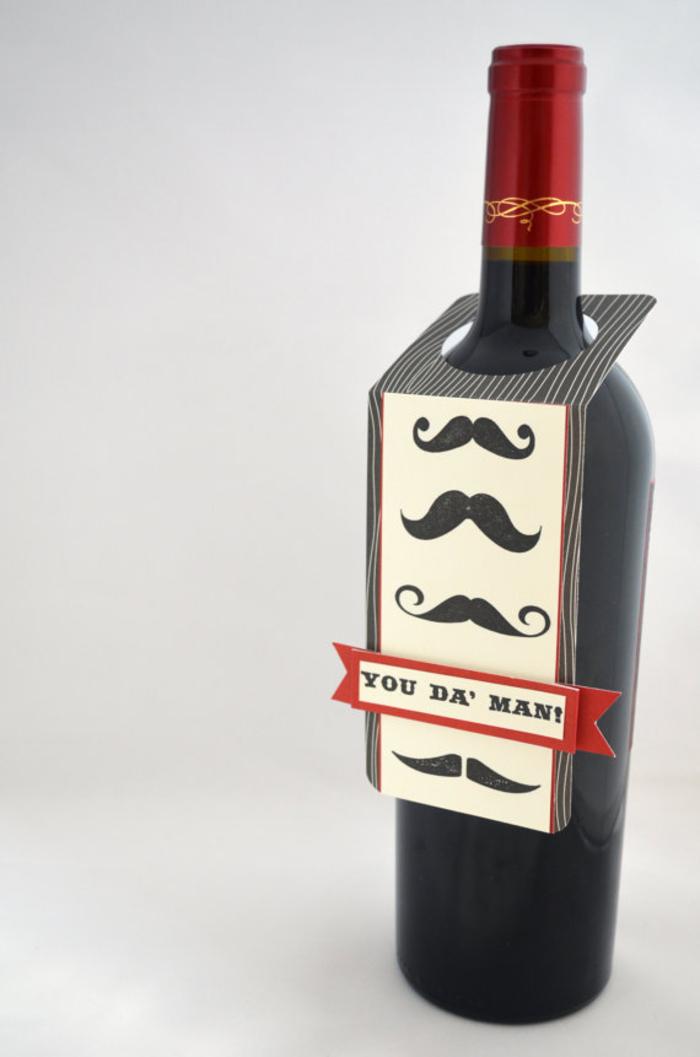 decorare-bottiglie-di-vetro-vino-rosso-biglierro-stampato-fai-da-te-moustache-scritta-tappo-rosso