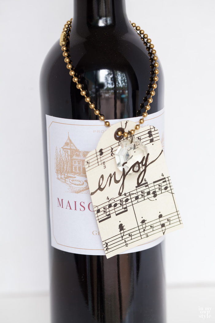decorare-bottiglie-di-vetro-vino-rosso-biglietto-legato-filo-metallo-note