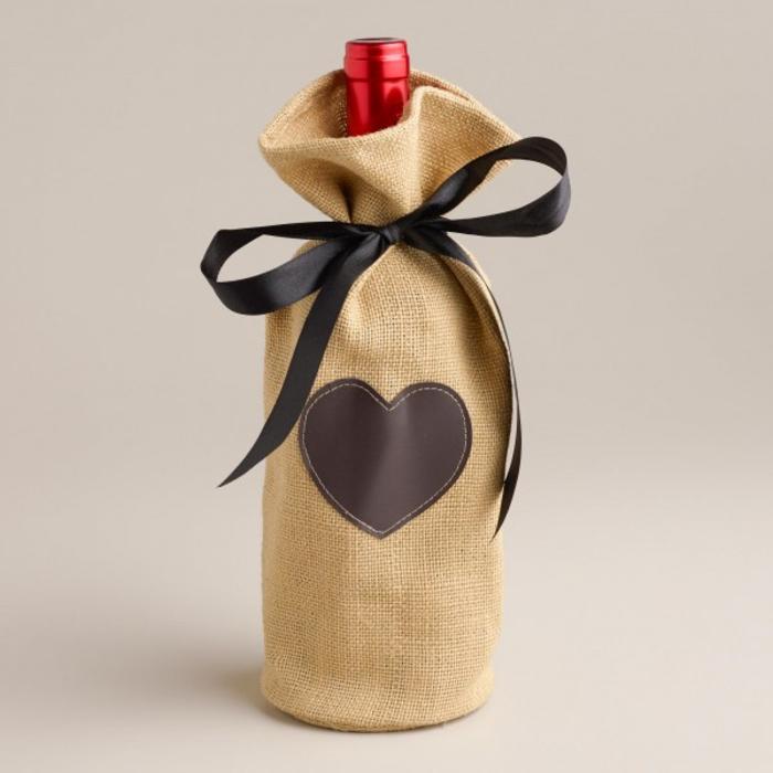 decorare-bottiglie-vino-tappo-rosso-sacchetto-juta-cuore-incollato-nastro-regalo-nero-fiocco