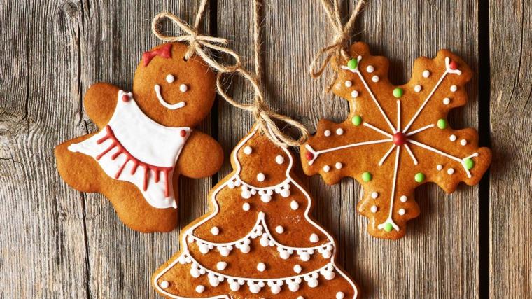 Dipingere i biscotti di Natale con della glassa reale di colore bianco e rosso, appendere con del filo di canapa