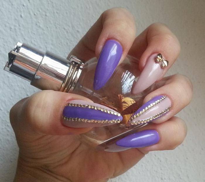 decorare-unghie-base-beige-decoro-brillantini-oro-viola-fiocco-oro-dito-medio