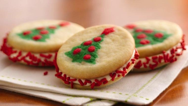 Biscotti dalla forma rotonda con impasto al burro e decorazione con colori alimentari a forma di albero di Natale